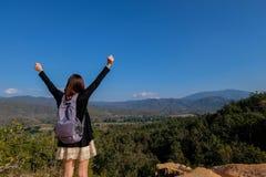 ο ταξιδιώτης γυναικών της Ασίας ευχαριστημένος από την άποψη σχετικά με το μέγιστο συναίσθημα βουνών μπορεί να το κάνει στοκ φωτογραφία με δικαίωμα ελεύθερης χρήσης