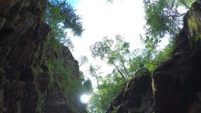 Ο ταξιδιώτης εξερευνά έναν ποταμό βουνών στη κάμερα δράσης φιλμ μικρού μήκους