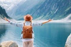 Ο ταξιδιώτης εξετάζει τη λίμνη βουνών Ταξίδι και ενεργός έννοια ζωής στοκ φωτογραφία με δικαίωμα ελεύθερης χρήσης