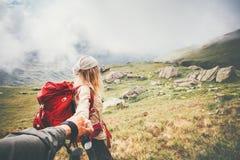 Ο ταξιδιωτικοί άνδρας και η γυναίκα ζεύγους ακολουθούν τα χέρια εκμετάλλευσης Στοκ φωτογραφία με δικαίωμα ελεύθερης χρήσης