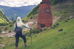Ο ταξιδιώτης γυναικών εξετάζει την εγκαταλειμμένη θέση Στοκ εικόνα με δικαίωμα ελεύθερης χρήσης