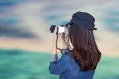 Ο ταξιδιώτης γυναικών που φορά το μπλε φόρεμα ως φωτογράφο, παίρνει τα WI φωτογραφιών στοκ φωτογραφία με δικαίωμα ελεύθερης χρήσης