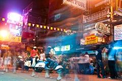 Ο ταξιδιώτης και οι τοπικοί άνθρωποι έχουν στοκ φωτογραφίες