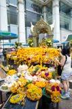 Ο ταξιδιώτης προσεύχεται το σεβασμό στο τέσσερις-αντιμέτωπο άγαλμα Brahma στη Μπανγκόκ στοκ εικόνες