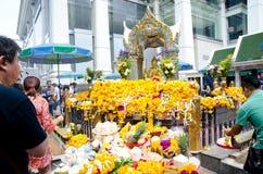 Ο ταξιδιώτης προσεύχεται το σεβασμό στο τέσσερις-αντιμέτωπο άγαλμα Brahma στη Μπανγκόκ στοκ εικόνα με δικαίωμα ελεύθερης χρήσης