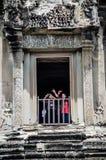 Ο ταξιδιώτης στο παράθυρο του πύργου Angkor wat, Au της Καμπότζης Στοκ Εικόνα