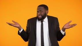 Ο ταραγμένος επιχειρηματίας αφροαμερικάνων φαίνεται μπερδεμένος, έλλειψη πληροφοριών απόθεμα βίντεο
