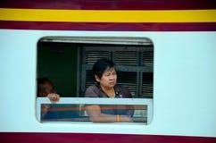 Ο ταϊλανδικός επιβάτης ραγών γυναικών κοιτάζει από το παράθυρο Μπανγκόκ Ταϊλάνδη μεταφορών τραίνων στοκ εικόνα με δικαίωμα ελεύθερης χρήσης