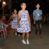 Ο ταϊλανδικός μη αναγνωρισμένος λαϊκός χορός ανθρώπων και τα παραδοσιακά κοστούμια στην αγορά νύχτας περπατούν την οδό στοκ εικόνα με δικαίωμα ελεύθερης χρήσης