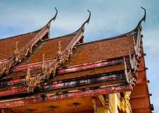 Ο ταϊλανδικός ναός στεγών την ημέρα ηλιοφάνειας Στοκ εικόνα με δικαίωμα ελεύθερης χρήσης