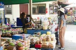 Ο ταϊλανδικός προμηθευτής γυναικών έκανε τα φρούτα καταφερτζήδων και η πώληση πίνει το ποτό W Στοκ Εικόνα