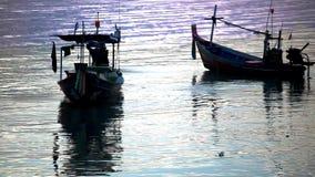 Ο ταϊλανδικός ψαράς προετοιμάζεται να πλεύσει για τα ψάρια απόθεμα βίντεο