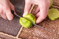 Ο τεμαχισμός ο ασβέστης με το μαχαίρι στοκ φωτογραφίες με δικαίωμα ελεύθερης χρήσης