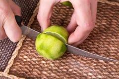 Ο τεμαχισμός ο ασβέστης με το μαχαίρι στοκ εικόνες με δικαίωμα ελεύθερης χρήσης