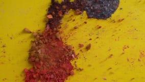 Ο τεμαχισμός της σκιάς ματιών είναι διεσπαρμένος σε μια κίτρινη επιφάνεια φιλμ μικρού μήκους
