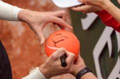 Ο τενίστας υπογράφει το αυτόγραφο μετά από κερδίζει στοκ φωτογραφία
