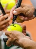 Ο τενίστας υπογράφει το αυτόγραφο μετά από κερδίζει στοκ φωτογραφία με δικαίωμα ελεύθερης χρήσης