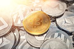 Ο τεράστιος σωρός των cryptocurrencies με ένα χρυσό bitcoin στο μέτωπο ως ηγέτη και ο ήλιος καίγονται ως αισιόδοξη πρόβλεψη στοκ εικόνες