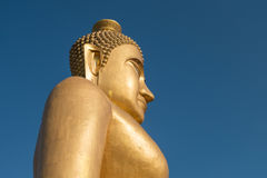 Ο τεράστιος χρυσός Βούδας στο ναό khao kiaw στο ratchaburi Thailan Στοκ Εικόνες