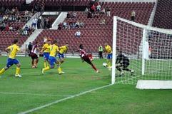 Ο τερματοφύλακας υπερασπίζει έναν στόχο στοκ εικόνα