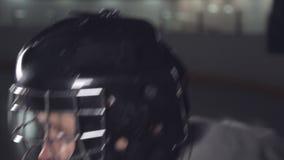 Ο τερματοφύλακας χόκεϋ φορά ένα κράνος και αυξάνει το χέρι του που παρουσιάζει στο διαιτητή ότι είναι έτοιμος φιλμ μικρού μήκους