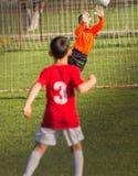 Ο τερματοφύλακας αγοριών υπερασπίζει στοκ εικόνες με δικαίωμα ελεύθερης χρήσης