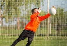 Ο τερματοφύλακας αγοριών υπερασπίζει στοκ φωτογραφίες με δικαίωμα ελεύθερης χρήσης