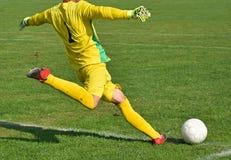 Ο τερματοφύλακας ποδοσφαίρου κλωτσά τη σφαίρα Στοκ Φωτογραφία