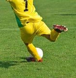 Ο τερματοφύλακας ποδοσφαίρου κλωτσά τη σφαίρα Στοκ φωτογραφίες με δικαίωμα ελεύθερης χρήσης