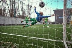 Ο τερματοφύλακας ποδοσφαίρου ποδοσφαίρου που κάνει την κατάδυση σώζει Στοκ φωτογραφία με δικαίωμα ελεύθερης χρήσης