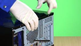 Ο τεχνικός δίνει την ανοικτή κάλυψη περίπτωσης υπολογιστών Έννοια επισκευής PC απόθεμα βίντεο