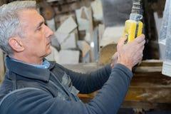 Ο τεχνικός βαθμολογεί τη μηχανή στο εργοστάσιο στοκ φωτογραφία με δικαίωμα ελεύθερης χρήσης
