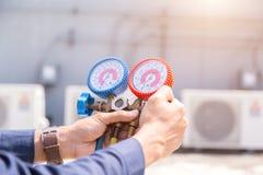 Ο τεχνικός ελέγχει το κλιματιστικό μηχάνημα, όργανα μέτρησης για τα κλιματιστικά μηχανήματα στοκ φωτογραφία με δικαίωμα ελεύθερης χρήσης