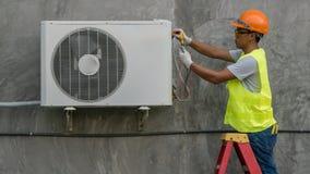 Ο τεχνικός ελέγχει το κλιματιστικό μηχάνημα στοκ εικόνες