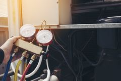 Ο τεχνικός ελέγχει το κλιματιστικό μηχάνημα στοκ εικόνα με δικαίωμα ελεύθερης χρήσης