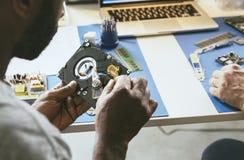 Ο τεχνικός εργάζεται στο σκληρό δίσκο υπολογιστών Στοκ Φωτογραφία