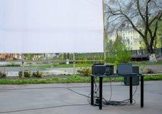 Ο τηλεοπτικός και ακουστικός εξοπλισμός εγκαθίσταται στον πίνακα για να παρουσιάσει την ταινία στοκ φωτογραφίες με δικαίωμα ελεύθερης χρήσης
