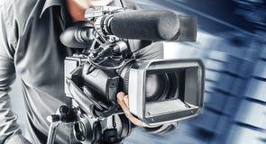 Ο τηλεοπτικός χειριστής καταγράφει το βίντεο στοκ εικόνες με δικαίωμα ελεύθερης χρήσης