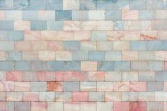 Ο τοίχος αποτελείται από μαρμάρινοι ρόδινος και χλωμός - μπλε κεραμίδια Όμορφη σύσταση πετρών ανασκόπηση κενή Στοκ Φωτογραφίες