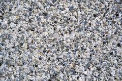 Ο τοίχος αποτελείται από πολλές μικρές πέτρες και το σκυρόδεμα στοκ εικόνα