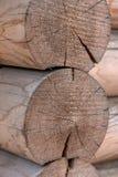 Ο τοίχος ενός ξύλινου σπιτιού από βαθμολογημένος στοκ φωτογραφία με δικαίωμα ελεύθερης χρήσης