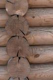 Ο τοίχος ενός ξύλινου σπιτιού από βαθμολογημένος στοκ εικόνες