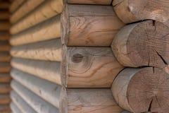 Ο τοίχος ενός ξύλινου σπιτιού από βαθμολογημένος στοκ εικόνα