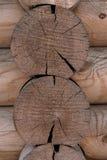 Ο τοίχος ενός ξύλινου σπιτιού από βαθμολογημένος στοκ εικόνες με δικαίωμα ελεύθερης χρήσης
