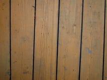 Ο τοίχος ενός παλαιού ξύλινου κτηρίου είναι χρωματισμένος κίτρινος στοκ φωτογραφίες