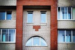 Ο τοίχος ενός σπιτιού μοιάζει με ένα κακό ή φωνάζοντας πρόσωπο στοκ φωτογραφία με δικαίωμα ελεύθερης χρήσης