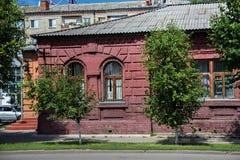 Ο τοίχος ενός χαρακτηριστικού παλαιού ιστορικού κτηρίου αργά ΧΙΧ - νωρίς ΧΧ αιώνας στο κέντρο του Petropavl, Καζακστάν Στοκ Φωτογραφίες