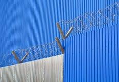 Ο τοίχος και ο φράκτης ζαρωμένος Στοκ εικόνα με δικαίωμα ελεύθερης χρήσης
