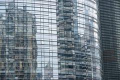 Ο τοίχος κουρτινών γυαλιού ουρανοξυστών στοκ φωτογραφίες