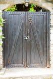 Ο τοίχος μπροστινών πορτών και κισσών ενός παραδοσιακού του χωριού σπιτιού Στοκ Εικόνα